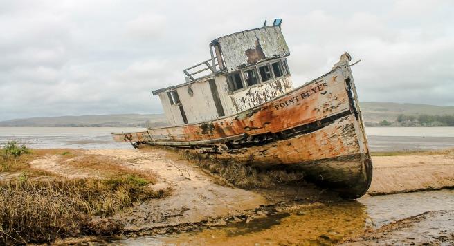shipwreck-2096945_1920.jpg